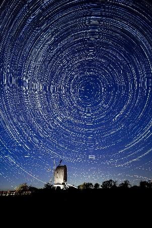 Molino de viento giratorio en el Parque Nacional de South Downs, Reino Unido.