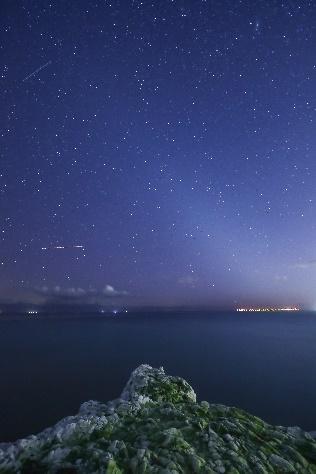 Cielo nocturno oscuro - Seaford Head, Reino Unido. Canon EOS RP, Canon EF 14mm f/2.8L II USM, ISO-3200, 20 seg @f/2.8. Crédito: Fergus Kennedy